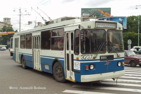 ЗиУ-682Г017 N3237 17 маршрута на площади у Киевского вокзала Фото: Алексей Войнов.